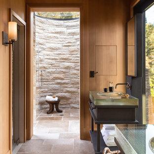 Ispirazione per un'ampia stanza da bagno padronale country con lavabo integrato, top in vetro e doccia a filo pavimento