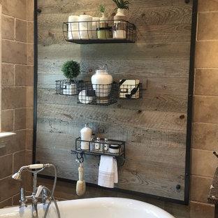 Foto de cuarto de baño principal, de estilo de casa de campo, de tamaño medio, con armarios estilo shaker, puertas de armario con efecto envejecido, bañera exenta, ducha empotrada, baldosas y/o azulejos beige, baldosas y/o azulejos de piedra, paredes beige, suelo de madera oscura, lavabo bajoencimera y encimera de granito