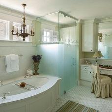 Farmhouse Bathroom by Maison Maison, Suzanne Duin Owner