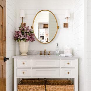 Mittelgroßes Landhaus Duschbad mit verzierten Schränken, weißen Schränken, weißer Wandfarbe, dunklem Holzboden, Unterbauwaschbecken, braunem Boden und grauer Waschtischplatte in Kolumbus