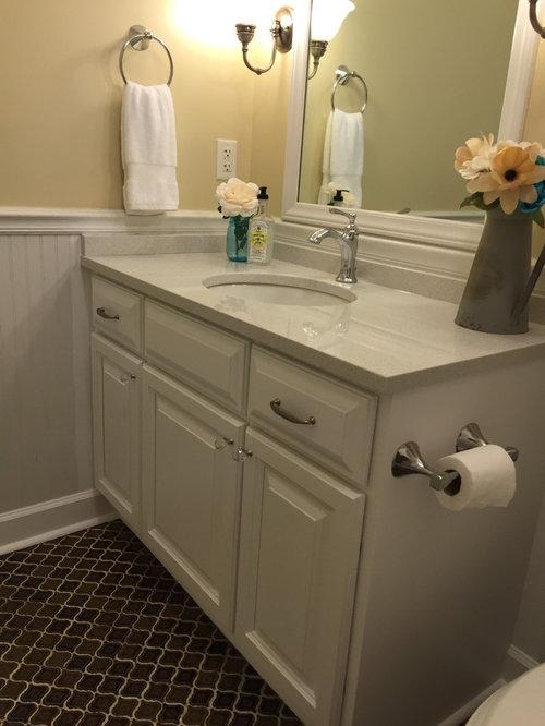 Salle de bain avec un carrelage marron et un mur jaune photos et id es d co - Taille moyenne salle de bain ...