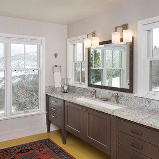 Immagine di una grande stanza da bagno padronale country con consolle stile comò, ante in legno scuro, lavabo rettangolare, pareti bianche, pavimento in vinile, top in granito, pavimento giallo e top grigio
