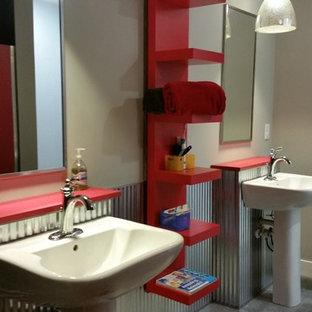 На фото: детские ванные комнаты в стиле кантри с красными фасадами, открытым душем, унитазом-моноблоком, серой плиткой, металлической плиткой, серыми стенами, полом из керамической плитки, раковиной с пьедесталом и столешницей из ламината