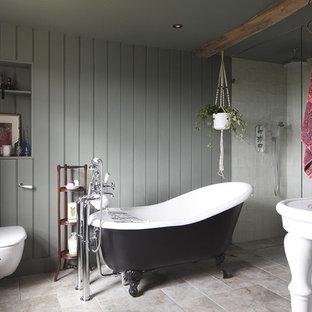 Cette photo montre une salle de bain romantique de taille moyenne avec une baignoire sur pieds, un espace douche bain, un WC suspendu, un carrelage blanc, un mur gris, un sol en travertin, un plan vasque, un sol gris et aucune cabine.