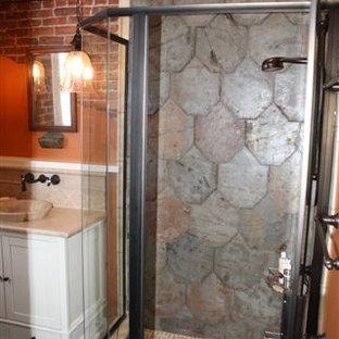 Idee per una stanza da bagno con doccia country di medie dimensioni con ante in stile shaker, ante bianche, doccia ad angolo, piastrelle beige, piastrelle grigie, piastrelle in ceramica, pareti arancioni, lavabo a bacinella e top in quarzo composito