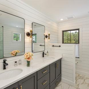 На фото: ванная комната в стиле кантри с фасадами в стиле шейкер, серыми фасадами, белыми стенами, врезной раковиной, бежевым полом, белой столешницей, тумбой под две раковины, встроенной тумбой и стенами из вагонки