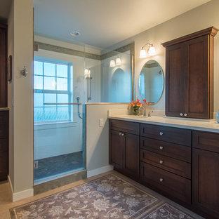 Diseño de cuarto de baño principal, campestre, de tamaño medio, con armarios estilo shaker, puertas de armario de madera en tonos medios, ducha doble, sanitario de dos piezas, baldosas y/o azulejos verdes, baldosas y/o azulejos de porcelana, paredes azules, suelo de linóleo, lavabo bajoencimera y encimera de acrílico