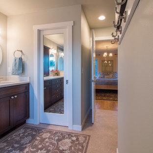 На фото: главные ванные комнаты среднего размера в стиле кантри с фасадами в стиле шейкер, темными деревянными фасадами, двойным душем, раздельным унитазом, зеленой плиткой, керамогранитной плиткой, синими стенами, полом из линолеума, врезной раковиной и столешницей из искусственного камня