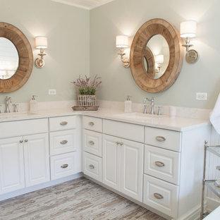 シカゴの中サイズのカントリー風おしゃれなマスターバスルーム (アンダーカウンター洗面器、レイズドパネル扉のキャビネット、白いキャビネット、珪岩の洗面台、コーナー設置型シャワー、マルチカラーのタイル、サブウェイタイル、緑の壁、磁器タイルの床、置き型浴槽) の写真