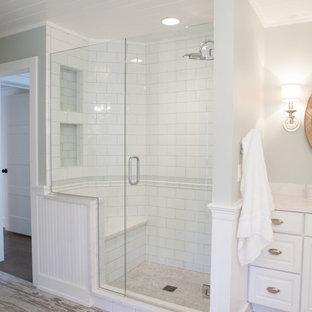 Idéer för ett mellanstort lantligt en-suite badrum, med ett undermonterad handfat, luckor med upphöjd panel, vita skåp, en hörndusch, tunnelbanekakel, gröna väggar, klinkergolv i porslin och vit kakel