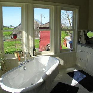 Example of a farmhouse bathroom design in Sacramento