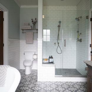 Идея дизайна: главная ванная комната среднего размера в стиле кантри с фасадами островного типа, темными деревянными фасадами, ванной на ножках, открытым душем, раздельным унитазом, белой плиткой, плиткой кабанчик, серыми стенами, полом из керамогранита, врезной раковиной, столешницей из талькохлорита, разноцветным полом и душем с распашными дверями