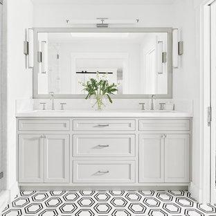 サンフランシスコの小さいカントリー風おしゃれなマスターバスルーム (白い壁、大理石の床、白い床、シェーカースタイル扉のキャビネット、グレーのキャビネット、アルコーブ型シャワー、白いタイル、大理石タイル、アンダーカウンター洗面器、大理石の洗面台、開き戸のシャワー、白い洗面カウンター、シャワーベンチ、洗面台2つ、造り付け洗面台) の写真