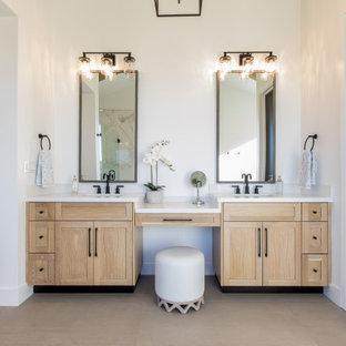 Inredning av ett lantligt vit vitt en-suite badrum, med skåp i shakerstil, skåp i ljust trä, vita väggar, ett undermonterad handfat och beiget golv