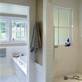 Immagine di una stanza da bagno country con piastrelle a mosaico