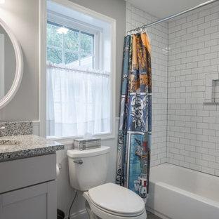 Modelo de cuarto de baño infantil, campestre, pequeño, con armarios estilo shaker, puertas de armario blancas, bañera encastrada, combinación de ducha y bañera, baldosas y/o azulejos blancos, baldosas y/o azulejos de porcelana, paredes grises, lavabo tipo consola, encimera de granito, ducha con cortina y encimeras multicolor