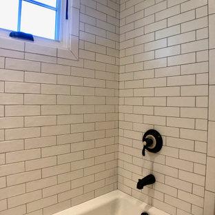 На фото: маленькая детская ванная комната в стиле кантри с фасадами островного типа, белыми фасадами, ванной в нише, душем над ванной, раздельным унитазом, белой плиткой, керамической плиткой, белыми стенами, полом из плитки под дерево, врезной раковиной, коричневым полом, шторкой для душа и белой столешницей с