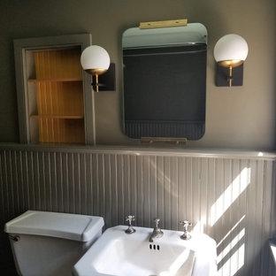 Inredning av ett lantligt litet badrum med dusch, med öppna hyllor, gula skåp, ett badkar med tassar, en dusch/badkar-kombination, en toalettstol med separat cisternkåpa, bruna väggar, målat trägolv, ett piedestal handfat, lila golv och med dusch som är öppen
