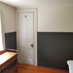 На фото: маленькая главная ванная комната в стиле кантри с стеклянными фасадами, белыми фасадами, угловым душем, раздельным унитазом, разноцветными стенами, раковиной с пьедесталом, фиолетовым полом, душем с распашными дверями, белой столешницей, тумбой под одну раковину, встроенной тумбой и панелями на стенах