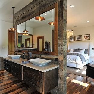 Imagen de cuarto de baño principal, rústico, con armarios estilo shaker y puertas de armario de madera en tonos medios