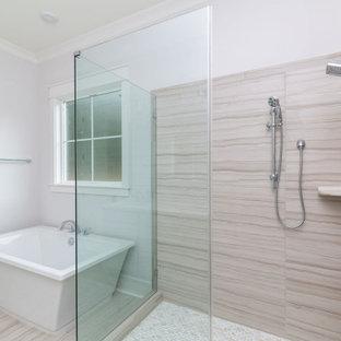 Exempel på ett stort klassiskt röd rött en-suite badrum, med luckor med infälld panel, grå skåp, ett fristående badkar, en dusch i en alkov, en toalettstol med separat cisternkåpa, flerfärgad kakel, keramikplattor, vita väggar, klinkergolv i keramik, ett integrerad handfat, marmorbänkskiva, flerfärgat golv och dusch med gångjärnsdörr
