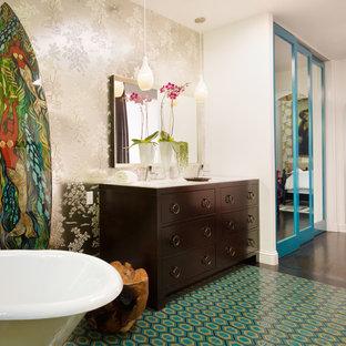 На фото: ванная комната в современном стиле с плоскими фасадами, темными деревянными фасадами, отдельно стоящей ванной и бирюзовым полом с