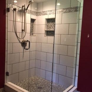 Ispirazione per una stanza da bagno padronale tradizionale di medie dimensioni con doccia alcova, piastrelle grigie, piastrelle bianche, piastrelle in gres porcellanato, pareti rosse, pavimento in gres porcellanato, pavimento beige e porta doccia a battente
