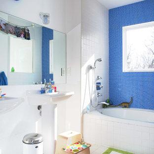 Ejemplo de cuarto de baño infantil, actual, con lavabo con pedestal, bañera empotrada, combinación de ducha y bañera, baldosas y/o azulejos azules, baldosas y/o azulejos en mosaico y suelo multicolor