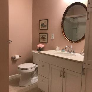 Esempio di una piccola stanza da bagno padronale tradizionale con ante lisce, ante bianche, doccia alcova, WC a due pezzi, piastrelle rosa, pareti rosa, pavimento in linoleum, lavabo sottopiano, top in superficie solida, pavimento beige e porta doccia scorrevole