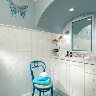 ソルトレイクシティのトラディショナルスタイルのおしゃれな子供用バスルーム (インセット扉のキャビネット、白いキャビネット、白いタイル、セラミックタイル、青い壁、アンダーカウンター洗面器、ターコイズの床) の写真