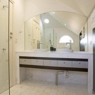 シドニーの中くらいのエクレクティックスタイルのおしゃれなマスターバスルーム (家具調キャビネット、白いキャビネット、置き型浴槽、オープン型シャワー、一体型トイレ、白いタイル、ミラータイル、白い壁、セラミックタイルの床、オーバーカウンターシンク、人工大理石カウンター、白い床、開き戸のシャワー、白い洗面カウンター) の写真
