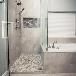 Klassisk inredning av ett mellanstort en-suite badrum, med skåp i mörkt trä, ett platsbyggt badkar, en hörndusch, grå kakel, porslinskakel, grå väggar, klinkergolv i porslin, ett undermonterad handfat, bänkskiva i kvarts, grått golv, dusch med gångjärnsdörr och luckor med profilerade fronter