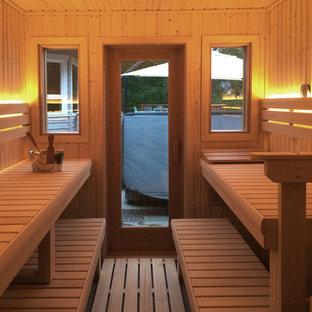 Esempio di una sauna minimal di medie dimensioni con zona vasca/doccia separata, piastrelle bianche, piastrelle in ceramica, pareti grigie e pavimento in legno massello medio