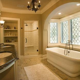 Exempel på ett klassiskt badrum, med ett fristående badkar och marmorbänkskiva