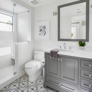 Foto di una stanza da bagno con doccia stile marinaro con ante in stile shaker, ante grigie, doccia alcova, WC monopezzo, piastrelle bianche, piastrelle diamantate, pareti bianche, lavabo sottopiano, pavimento multicolore e top bianco