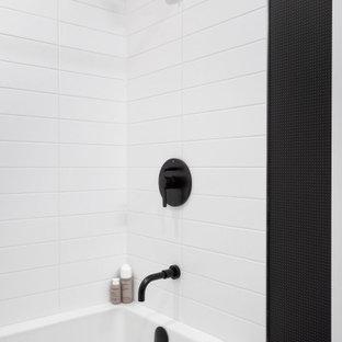Diseño de cuarto de baño principal y papel pintado, moderno, pequeño, papel pintado, con armarios con paneles lisos, puertas de armario beige, bañera empotrada, ducha esquinera, sanitario de dos piezas, baldosas y/o azulejos beige, baldosas y/o azulejos de cerámica, paredes blancas, suelo de baldosas de porcelana, lavabo bajoencimera, encimera de cuarcita, suelo blanco, encimeras blancas y papel pintado