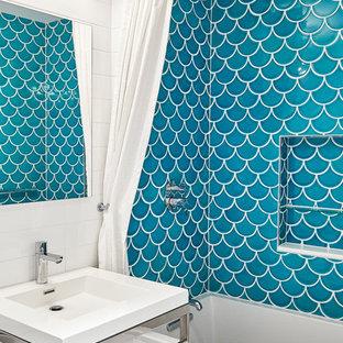 Immagine di una piccola stanza da bagno tradizionale con vasca/doccia, pareti bianche, lavabo a consolle, pavimento bianco, doccia con tenda, ante lisce, vasca ad alcova, WC monopezzo, piastrelle blu, piastrelle in ceramica, pavimento in cementine e top in superficie solida
