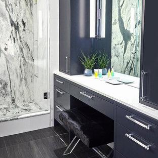 Foto på ett litet vintage en-suite badrum, med släta luckor, svarta skåp, ett badkar i en alkov, en dusch/badkar-kombination, en toalettstol med hel cisternkåpa, vit kakel, stenhäll, vita väggar, klinkergolv i porslin, ett undermonterad handfat, bänkskiva i akrylsten, svart golv och dusch med gångjärnsdörr