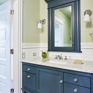 Idéer för amerikanska grått badrum, med luckor med profilerade fronter, blå skåp, vit kakel, tunnelbanekakel, gröna väggar, mosaikgolv, ett undermonterad handfat och grått golv