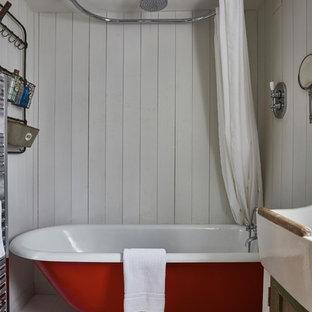 Foto de cuarto de baño principal, de estilo de casa de campo, pequeño, con armarios estilo shaker, puertas de armario con efecto envejecido, bañera con patas, combinación de ducha y bañera, sanitario de dos piezas, paredes blancas, suelo de linóleo, lavabo de seno grande, suelo gris y ducha con cortina