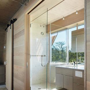 Idéer för små funkis en-suite badrum, med släta luckor, skåp i ljust trä, en dusch i en alkov, beige väggar, ett undermonterad handfat, ljust trägolv, bänkskiva i kvarts, beiget golv och dusch med gångjärnsdörr