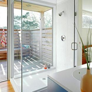 Idéer för maritima badrum, med en hörndusch, vit kakel och mellanmörkt trägolv