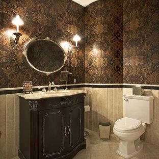 Foto de cuarto de baño con ducha, clásico, grande, con armarios con paneles con relieve, puertas de armario negras, sanitario de dos piezas, paredes marrones, suelo de baldosas de porcelana, lavabo bajoencimera, encimera de mármol, suelo beige y encimeras blancas