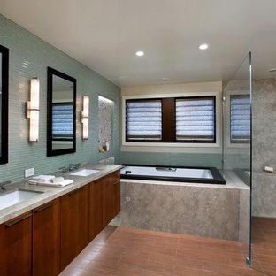 Bild på ett stort funkis grå grått en-suite badrum, med släta luckor, skåp i mörkt trä, ett platsbyggt badkar, en öppen dusch, grå kakel, stenhäll, beige väggar, klinkergolv i porslin, ett undermonterad handfat, bänkskiva i betong, orange golv och med dusch som är öppen