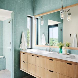 Foto di una stanza da bagno padronale design con ante lisce, ante in legno scuro, doccia a filo pavimento, piastrelle blu, pareti blu e lavabo integrato