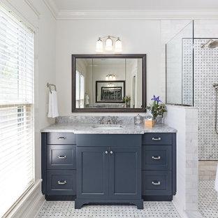 Idéer för mellanstora vintage en-suite badrum, med skåp i shakerstil, blå skåp, ett fristående badkar, en öppen dusch, svart och vit kakel, mosaik, vita väggar, marmorgolv, marmorbänkskiva och ett undermonterad handfat