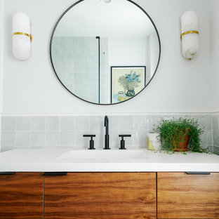 Kleines Modernes Badezimmer En Suite mit flächenbündigen Schrankfronten, braunen Schränken, Wandtoilette mit Spülkasten, grauen Fliesen, Keramikfliesen, weißer Wandfarbe, Terrazzo-Boden, integriertem Waschbecken, Beton-Waschbecken/Waschtisch, grauem Boden und weißer Waschtischplatte in Philadelphia