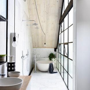 Idee per una stanza da bagno padronale industriale con vasca freestanding, doccia aperta, pareti bianche, lavabo a bacinella, top in legno, pavimento bianco, doccia aperta e top marrone
