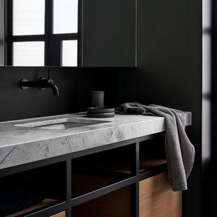 メルボルンの中くらいのコンテンポラリースタイルのおしゃれなマスターバスルーム (オープンシェルフ、中間色木目調キャビネット、黒いタイル、メタルタイル、黒い壁、セメントタイルの床、アンダーカウンター洗面器、大理石の洗面台、グレーの床、グレーの洗面カウンター) の写真