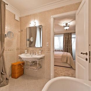 Ispirazione per una stanza da bagno padronale tradizionale di medie dimensioni con nessun'anta, vasca ad angolo, piastrelle beige, piastrelle in ceramica, pareti beige, pavimento con piastrelle in ceramica, lavabo sospeso e top in zinco